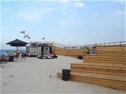 Musik, mad og drikke. Beachvolley mv. - men desværre kun åbent fredag, lørdag og søndag