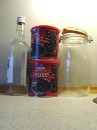 Indkøb: Vodka og rosiner. Find et stort patentglas frem...